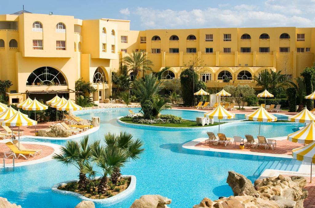 المسبح في فندق شيش خان أو بالجوار