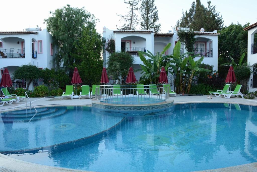 Het zwembad bij of vlak bij Villa Nergis