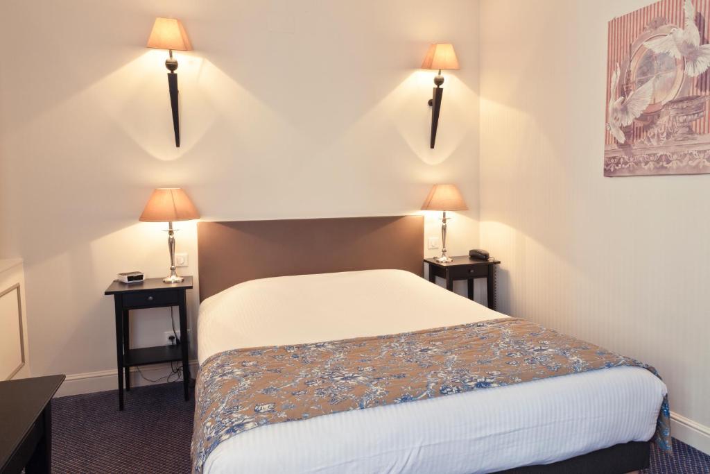 A bed or beds in a room at The Originals Boutique, Hôtel des Princes, Strasbourg Centre (Qualys-Hotel)