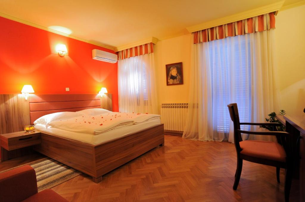A bed or beds in a room at Hotel Marinko
