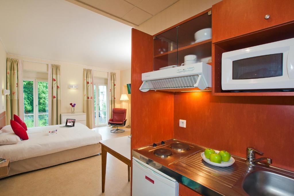 Cuisine ou kitchenette dans l'établissement Hotels & Résidences - Les Thermes