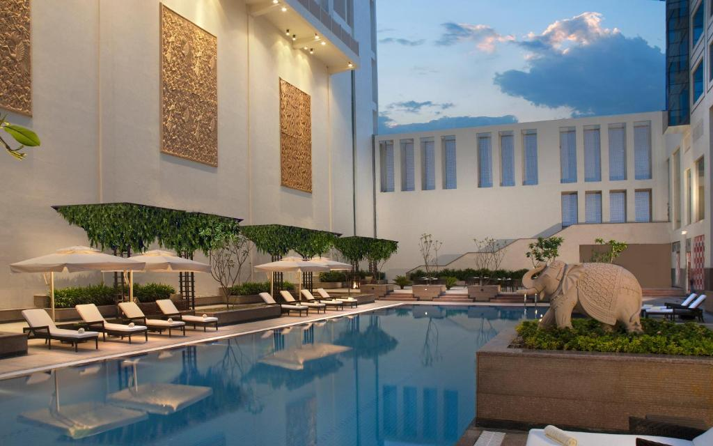 The swimming pool at or close to Jaipur Marriott Hotel
