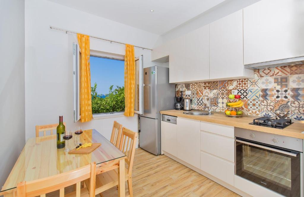 A kitchen or kitchenette at Apartments Roza