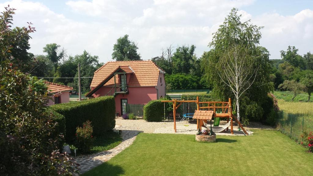 Сад в Penzion Na Lednické