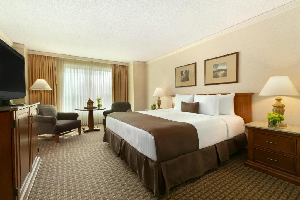 A bed or beds in a room at Harrah's Casino & Hotel Council Bluffs