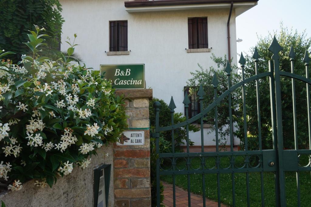 The facade or entrance of B&B La Cascina