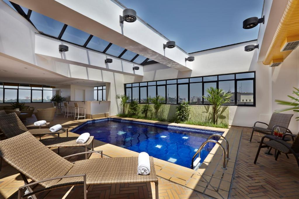 A piscina localizada em Transamerica Classic Higienópolis ou nos arredores