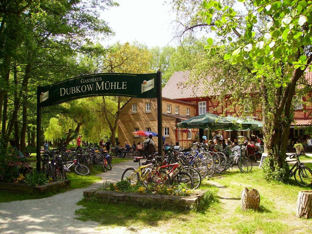 Ein Garten an der Unterkunft Gasthaus Dubkow Mühle