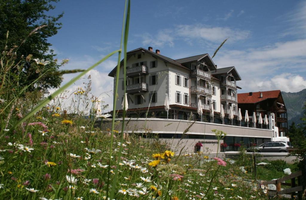 A garden outside Romantik Hotel The Alpina Mountain Resort & Spa
