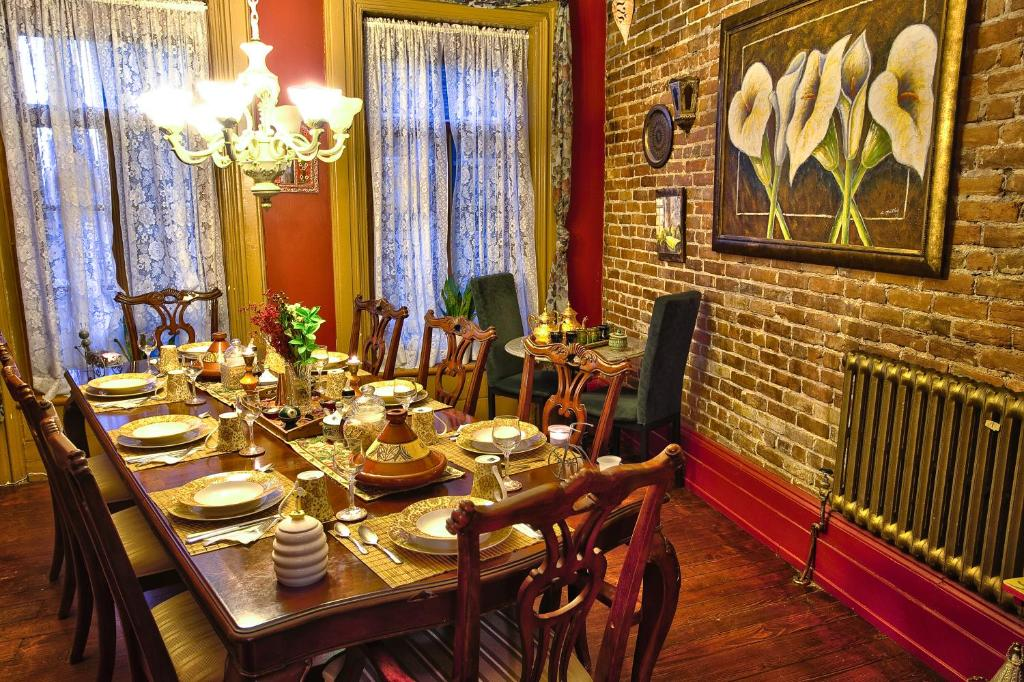 A restaurant or other place to eat at B&B Au Petit Roi