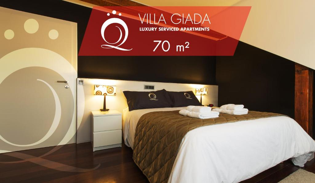 A bed or beds in a room at The Queen Luxury Apartments - Villa Giada