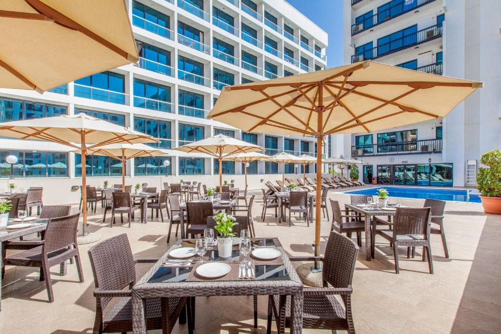 A restaurant or other place to eat at Golden Sands Hotel Apartments