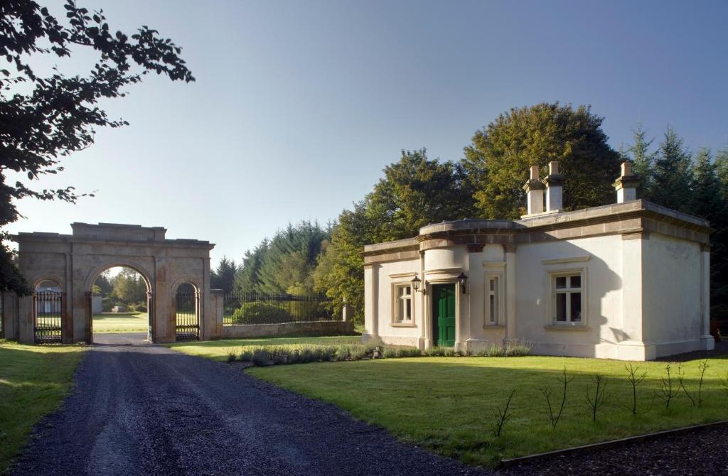 A garden outside Triumphal Arch Lodge