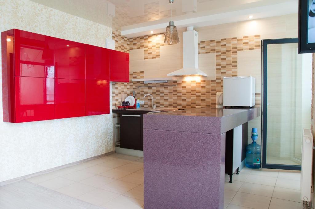 A kitchen or kitchenette at Apartment on Bogatyrskaya 6a