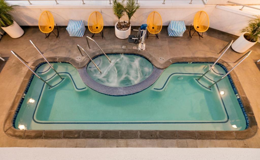 Vue sur la piscine de l'établissement The Kinney - Venice Beach ou sur une piscine à proximité