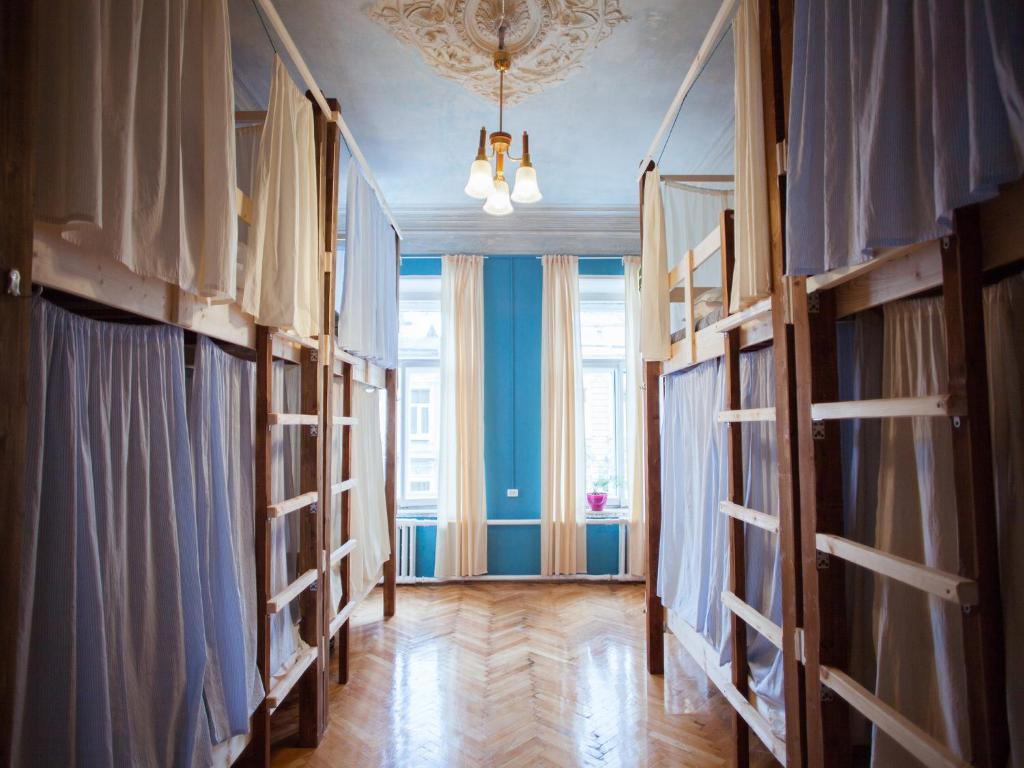 Двухъярусная кровать или двухъярусные кровати в номере Polosaty Hostel