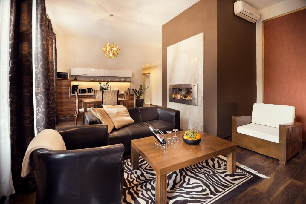 A seating area at City Residence Apartment Hotel