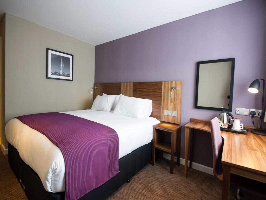 A bed or beds in a room at Innkeeper's Lodge Portsmouth, Cosham