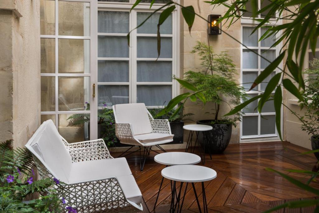 The lounge or bar area at Millésime Hôtel
