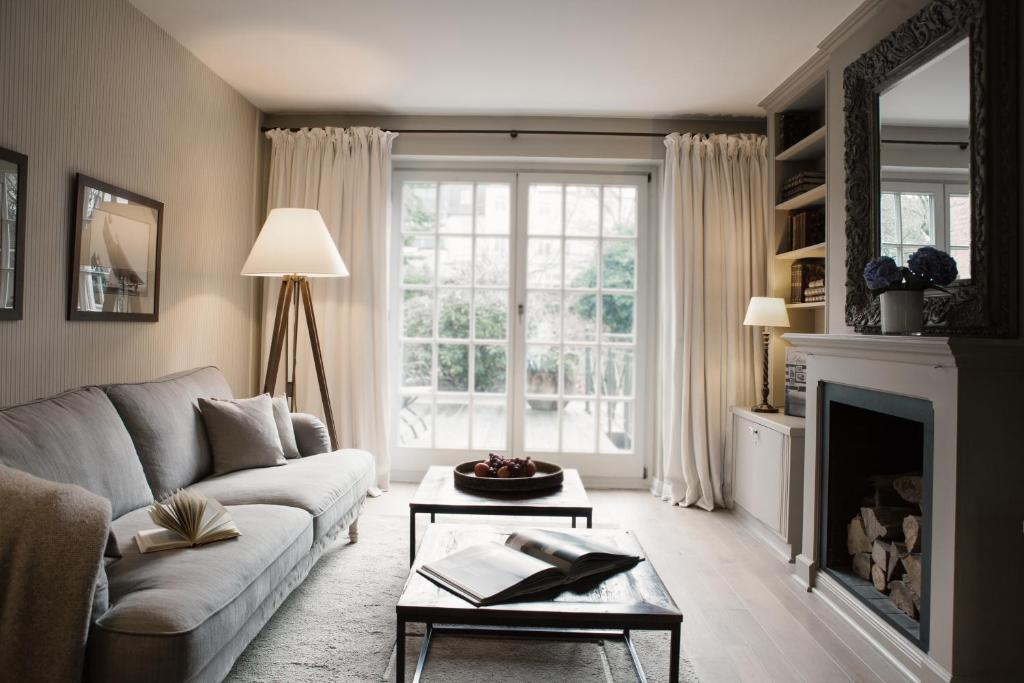 A seating area at von Deska Townhouses - Ivy House