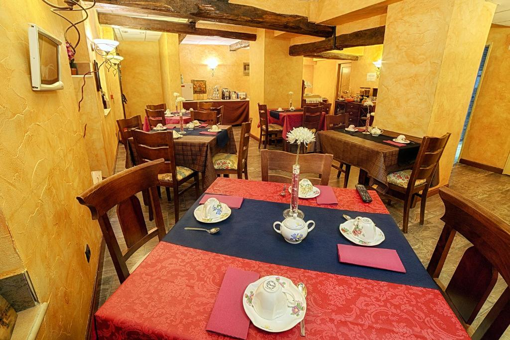A restaurant or other place to eat at Hotel Duques de Najera