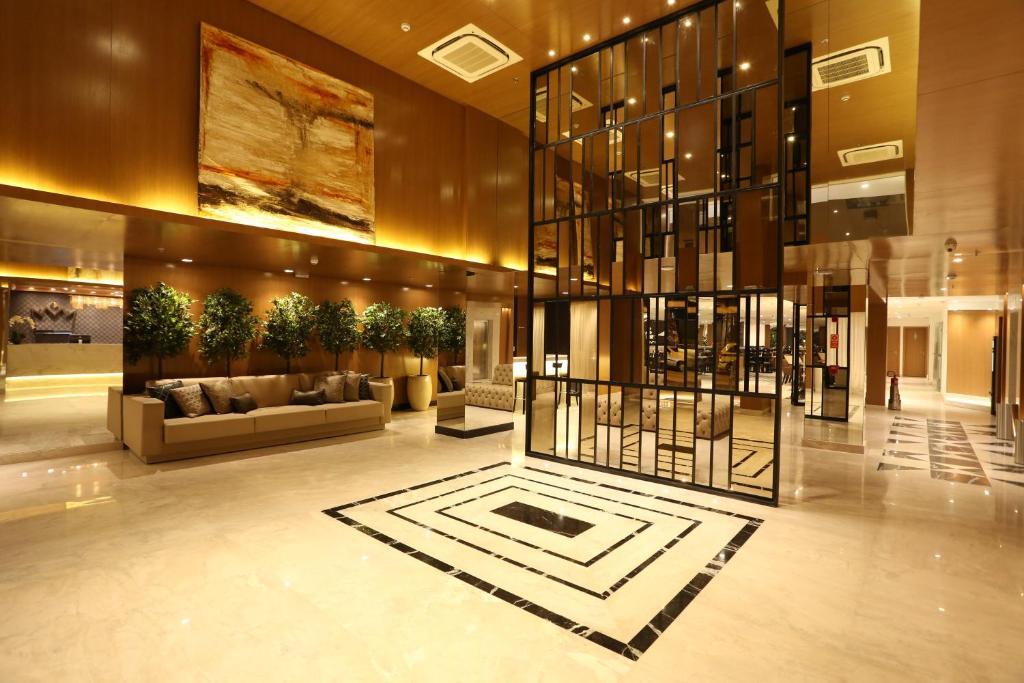O saguão ou recepção de Royal Regency Palace Hotel