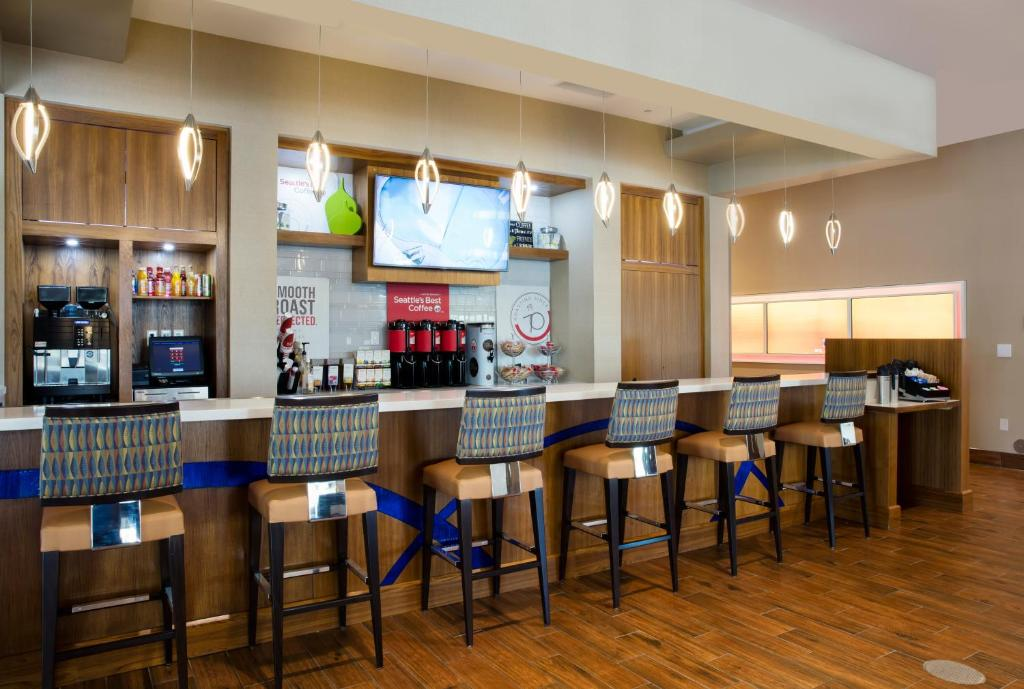 A restaurant or other place to eat at SpringHill Suites by Marriott Orlando at FLAMINGO CROSSINGS Town Center-Western Entrance