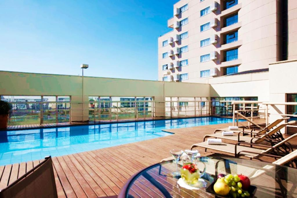 The swimming pool at or near Quality Suites Alphaville