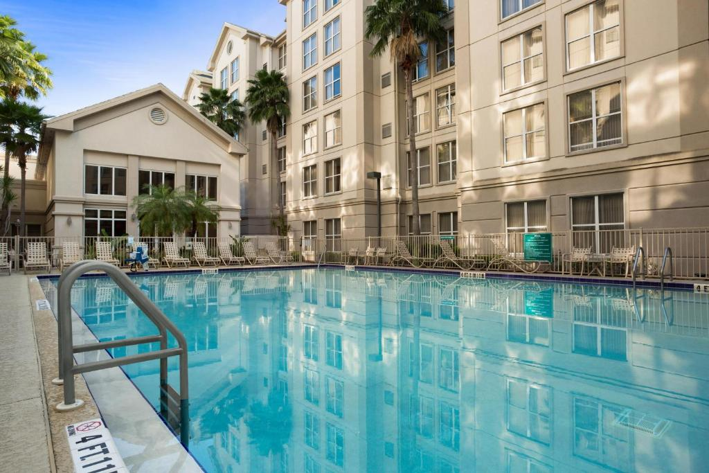 The swimming pool at or close to Homewood Suites by Hilton Orlando-Intl Drive/Convention Ctr