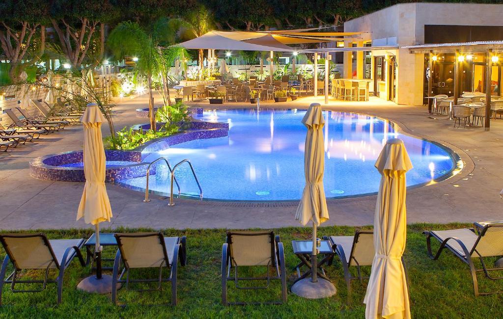 Het zwembad bij of vlak bij Kapetanios Odyssia