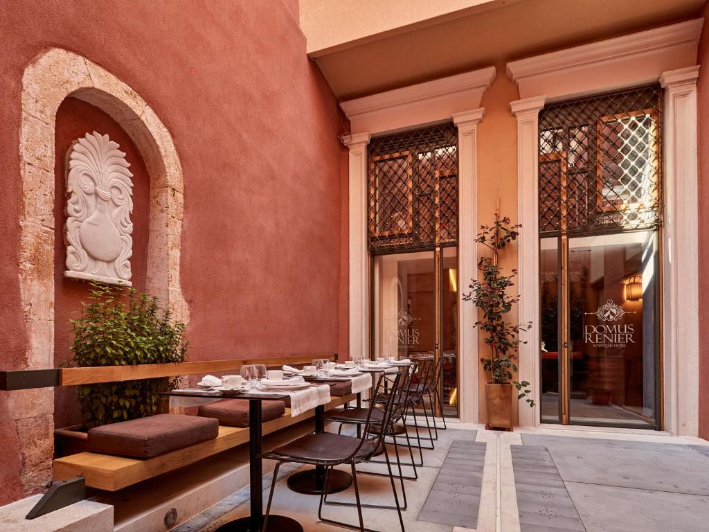 A restaurant or other place to eat at Domus Renier Boutique Hotel - Historic Hotels Worldwide