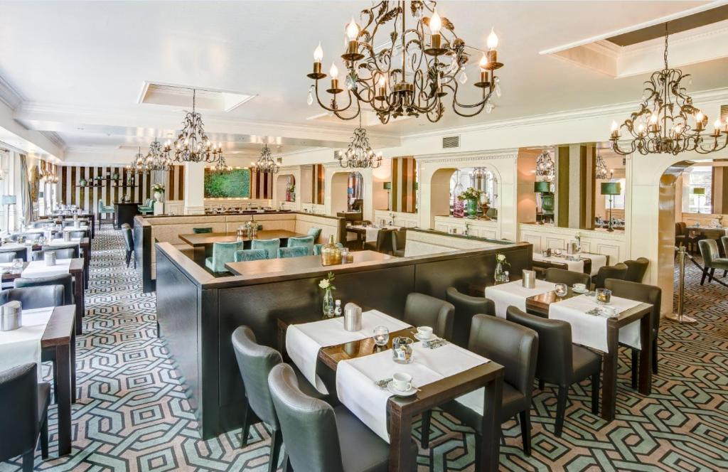 A restaurant or other place to eat at Hotel Moers van der Valk