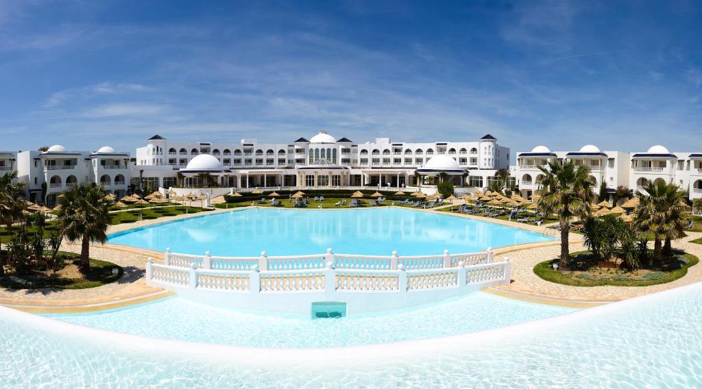 Het zwembad bij of vlak bij Golden Tulip Taj Sultan Resort