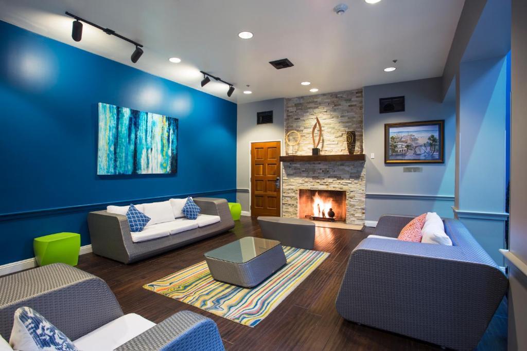 The lounge or bar area at HI Los Angeles - Santa Monica Hostel