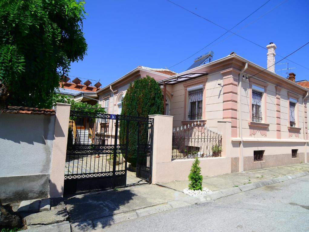 The facade or entrance of Guest House Antika