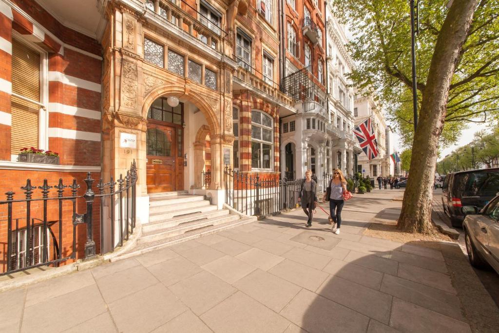 The facade or entrance of Astor Hyde Park Hostel