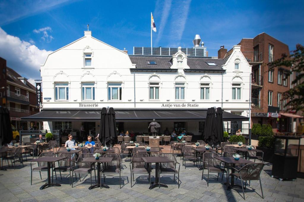 A restaurant or other place to eat at Brasserie-Hotel Antje van de Statie