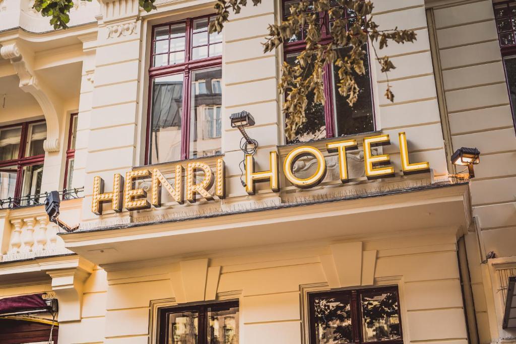 The facade or entrance of Henri Hotel Berlin Kurfürstendamm