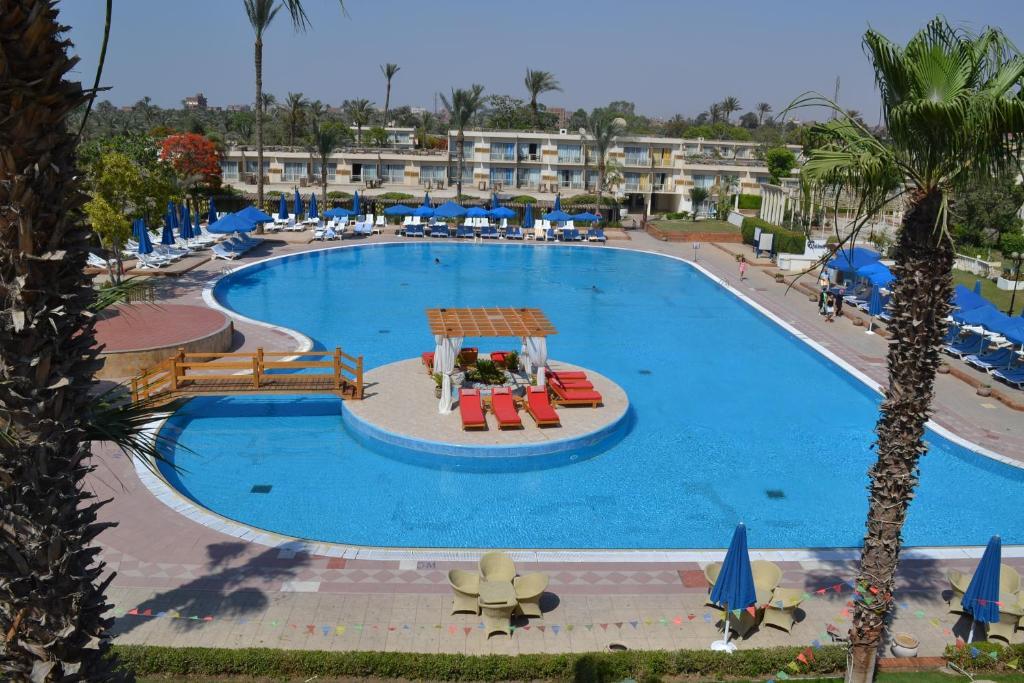 Θέα της πισίνας από το Pyramids Park Resort Cairo ή από εκεί κοντά