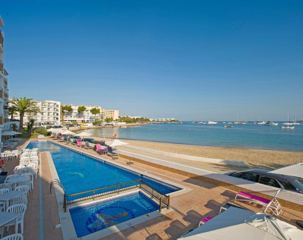 Vista sulla piscina di Hotel Club s'Estanyol o su una piscina nei dintorni
