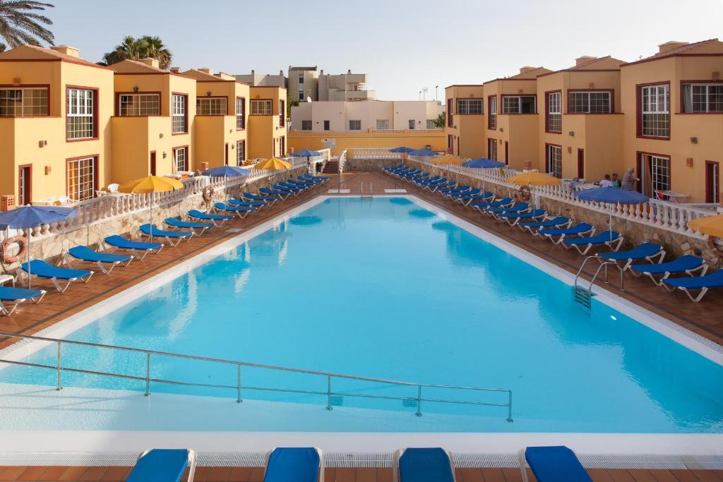 The swimming pool at or near Apartamentos Maxorata Beach