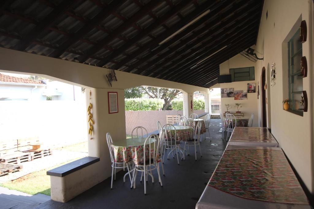 Um restaurante ou outro lugar para comer em Pousada Recanto do Sol