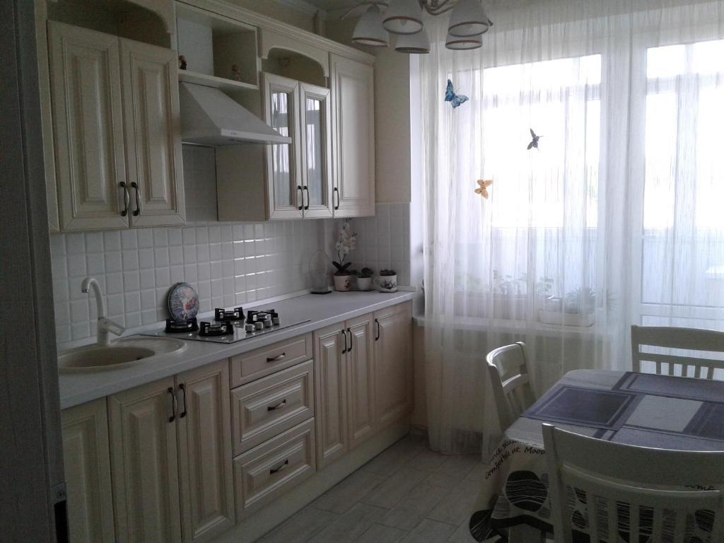 Кухня или мини-кухня в Apartments at Mayskiy proezd