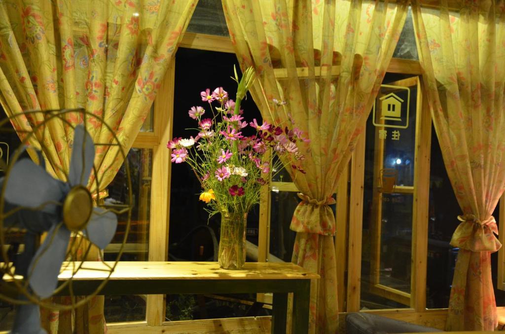 Патио или другая зона на открытом воздухе в Zhaoxing Ruyuan Family Inn