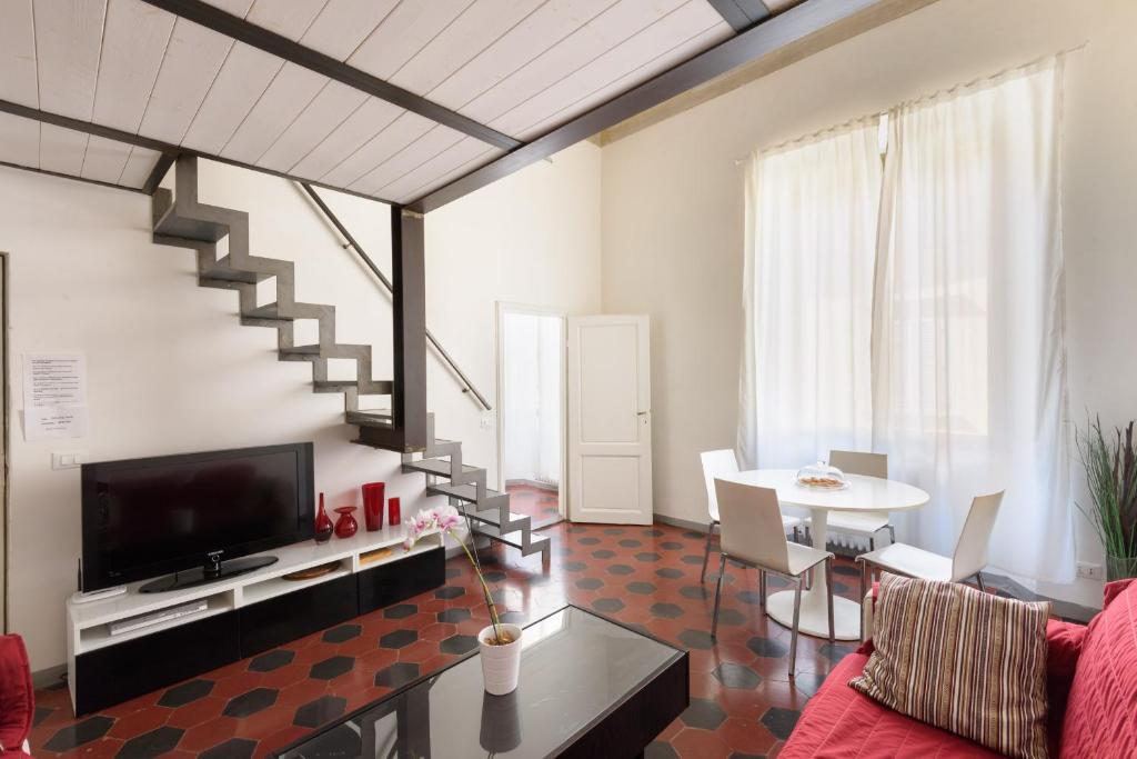 Una televisión o centro de entretenimiento en Two-Bedroom close to Mercato Centrale