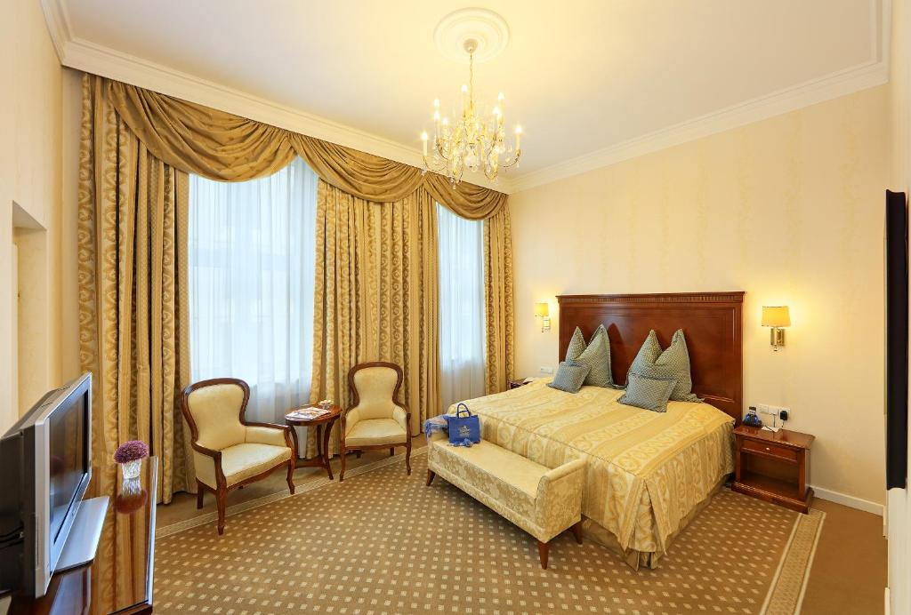 A bed or beds in a room at Hotel de France Wien