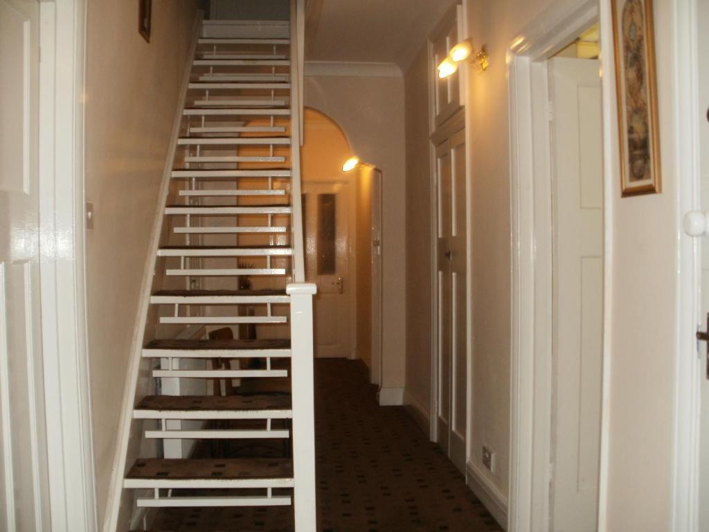 London Heathrow Guesthouse - Laterooms