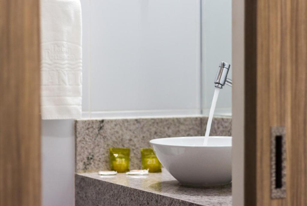 A bathroom at Hotel Pousada Atlântica