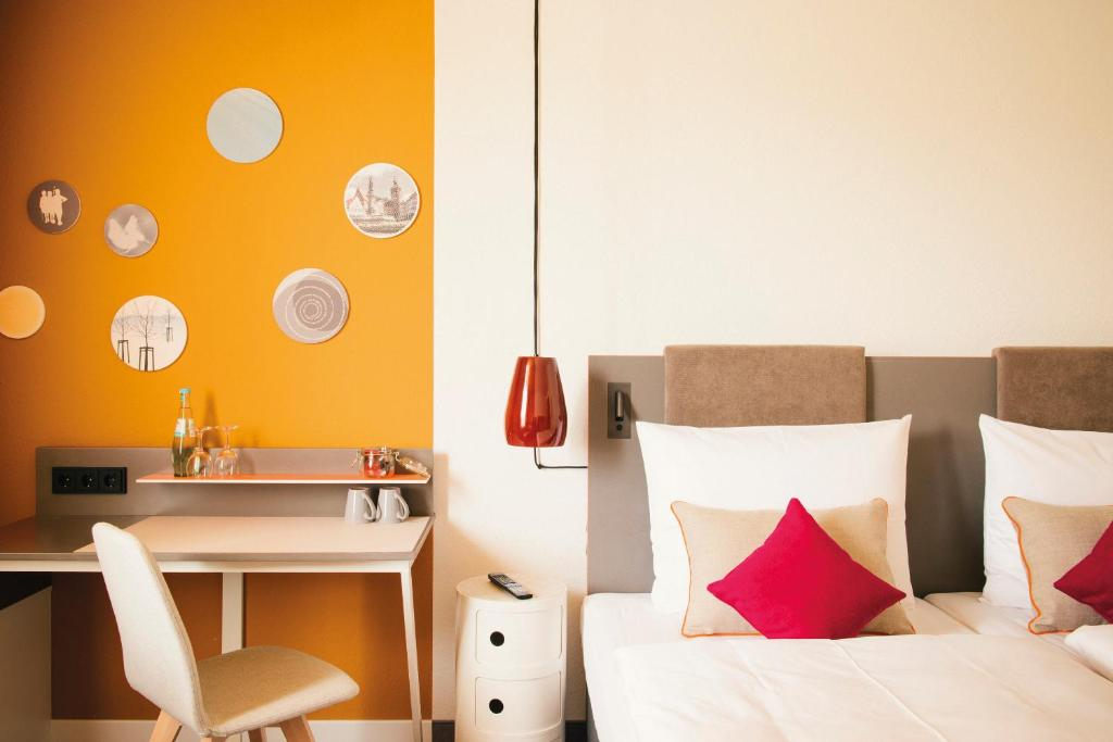 A bed or beds in a room at Vienna House Easy Limburg