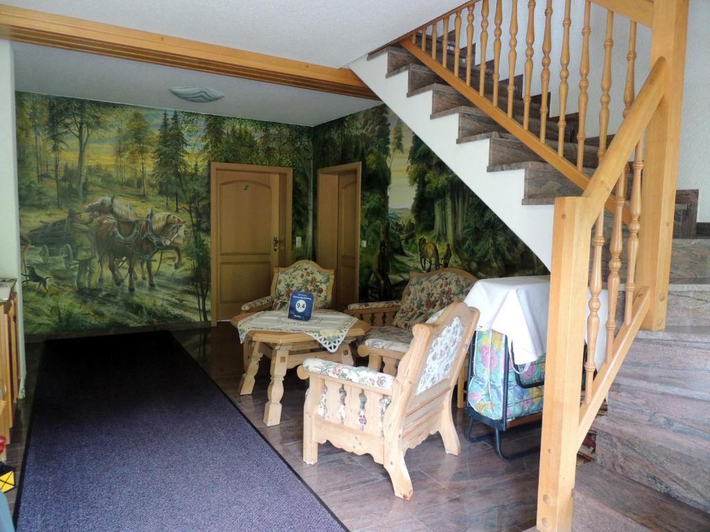 Ein Sitzbereich in der Unterkunft Gästehaus Am Hirtenberg